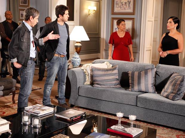 Pedro acompanha o delegado à casa de Norma (Foto: Insensato Coração / TV Globo)