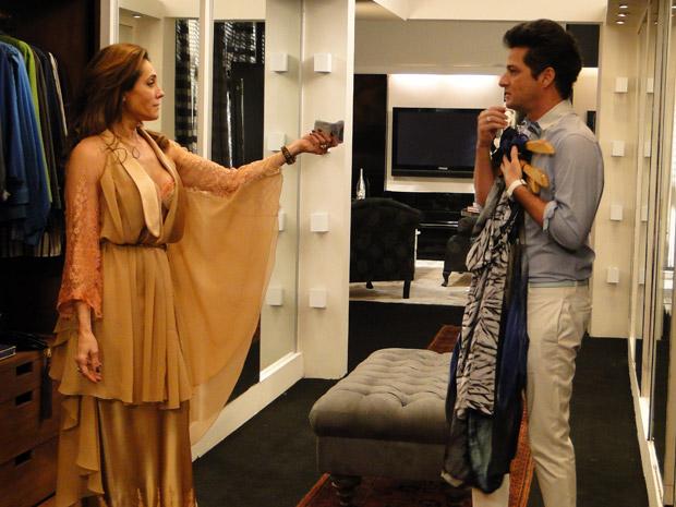 Tereza Cristina tira notas da bolsa e paga Crô em espécie (Foto: Fina Estampa/TV Globo)