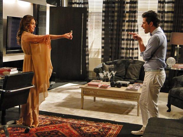 Tereza Cristina não perde a oportunidade de humilhar Crô e finge que dá anel de esmeralda ao mordomo (Foto: Fina Estampa/TV Globo)