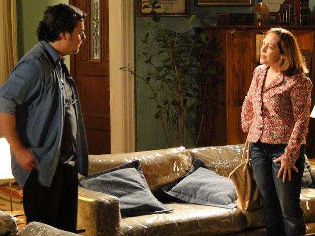 Daisy conta a Kléber que está namorando (Foto: Insensato Coração/TV Globo)