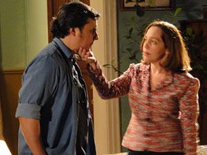 Daisy aconselha Kléber a arrumar uma mulher (Foto: Insensato Coração/TV Globo)