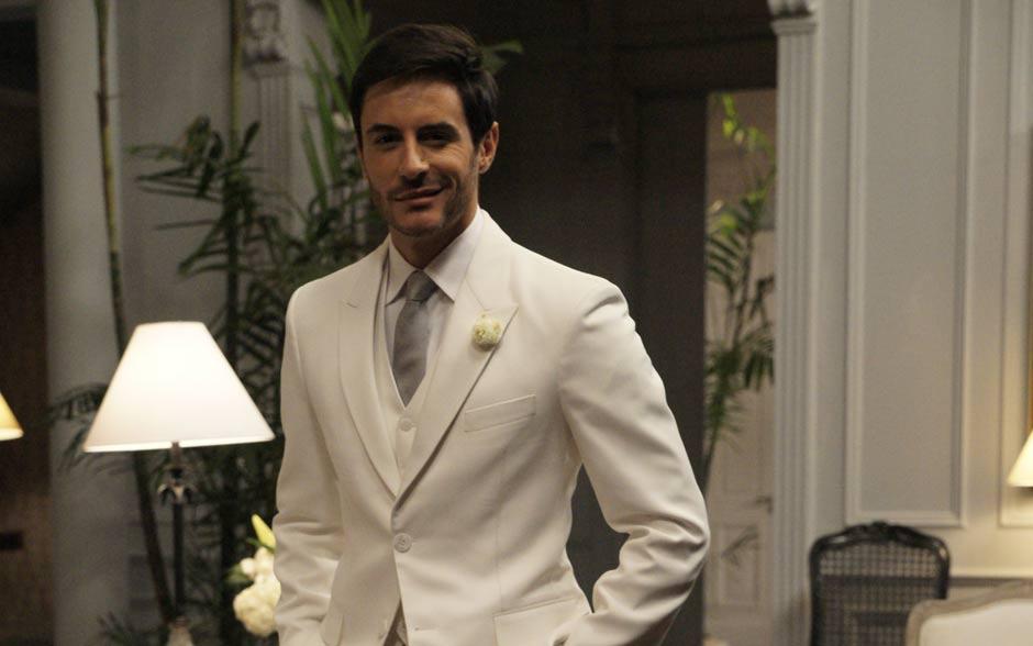 Romântico, Douglas é bem mais tradicional que sua nubente e aposta no visual todo branco para seu casamento