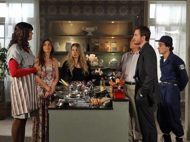 Wilson pressiona Elaine diante de sua família (Foto: Morde & Assopra/TV Globo)