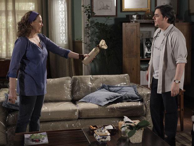 Sueli presenteia Kléber com uma garrafa de vinho (Foto: Insensato Coração/TV Globo)