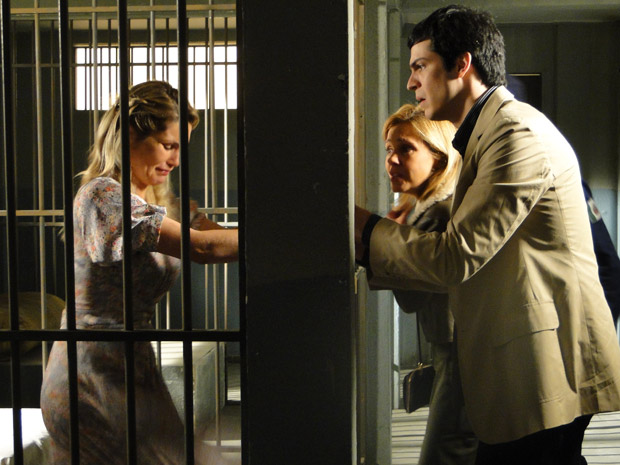 Naomi acusa Júlia e ícaro de traição (Foto: Morde&Assopra/TVGlobo)
