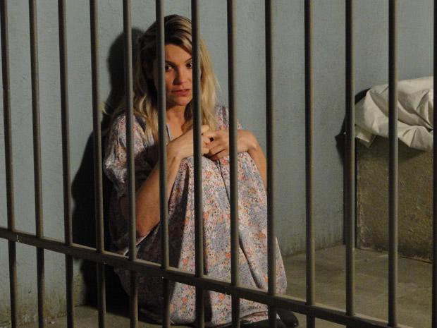 Naomi fica sozinha na cela e se abraça (Foto: Morde&Assopra/TVGlobo)