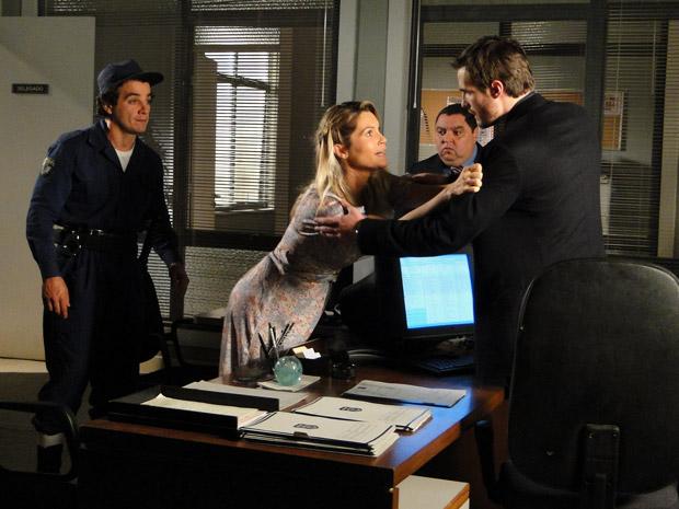 Naomi se agarra a Wilson para não ser presa (Foto: Morde&Assopra/TVGlobo)