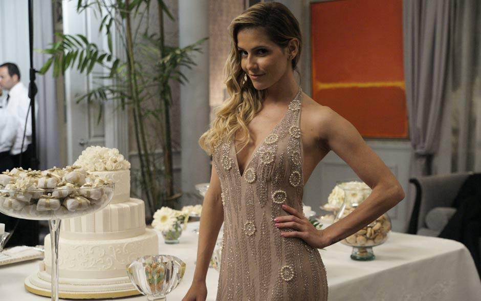 A irmã do noivo não podia fazer feio. Natalie arrasou no modelo nude todo bordado, que deixa as costas em evidência