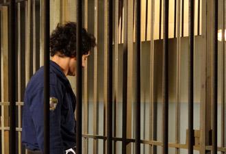 Xavier fica preso e tem que passar a noite na cela (Foto: Morde&Assopra/TVGlobo)