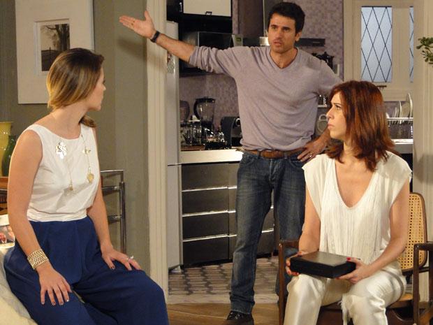 Bibi mostra colar roubado e deixa Pedro e Marina preocupados (Foto: Insensato Coração / Tv Globo)