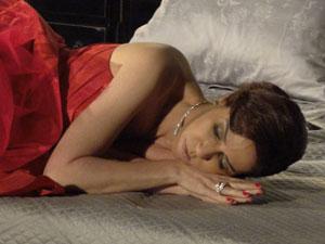 Bini dorme na noite de núpcias (Foto: Insensato Coração / Tv Globo)