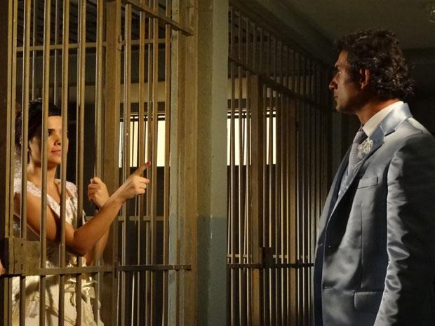 Celeste não aceita a decisão de Abner de suspender o casamento (Foto: Morde & Assopra/TV Globo)
