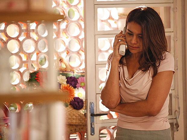 Celeste desabafa ao telefone com a amiga (Foto: Fina Estampa/TV Globo)