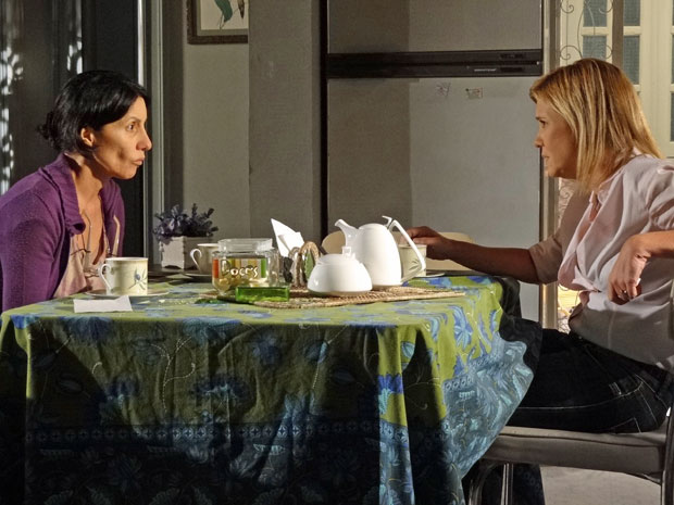 Dulce pergunta a Júlia se ela realmente amava Abner (Foto: Morde & Assopra/TV Globo)