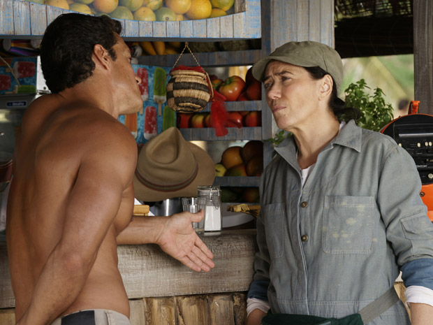 Griselda cobra a conta de Ferdinand (Foto: Fina Estampa/TV Globo)