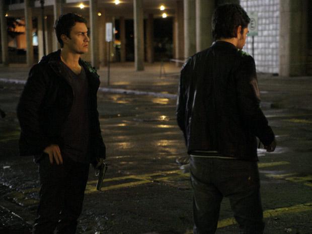 Gabriel Braga Nunes grava cena de Léo com uma arma. O que o vilão irá aprontar? (Foto: Insensato Coração/ TV Globo)