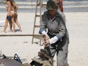 Griselda consegue consertar a bomba d´água da rede de vôlei (Foto: Fina Estampa/TV Globo)