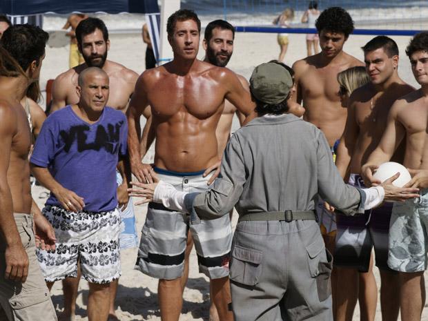 Frequentadores da praia mexem com Pereirão, deixando-a irritanda (Foto: Fina Estampa/TV Globo)