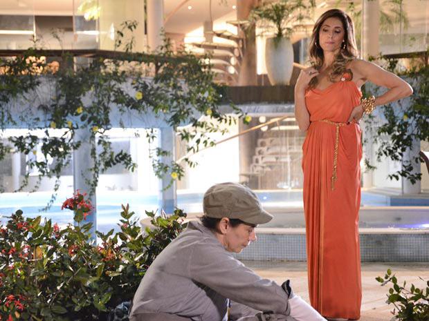 Tereza Cristina fica curiosa com o 'Marido de Aluguel' (Foto: Fina Estampa/TV Globo)