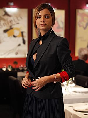 Vanessa imprime sua personalidade até mesmo no look de trabalho (Foto: Fina Estampa/TV Globo)