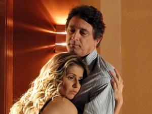 Natalie implora proteção (Foto: Insensato Coração/TV Globo)