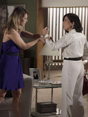 Marina reconhece sua pulseira no braço de Norma (Foto: Insensato Coração / Tv Globo)