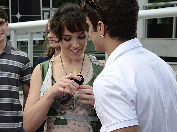 Antenor presenteia a amada com anel que diz ser herança de família (Foto: Fina Estampa/TV Globo)