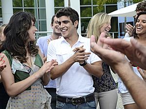 Antenor comemora o aniversário de Patrícia com os amigos da universidade (Foto: Fina Estampa/TV Globo)