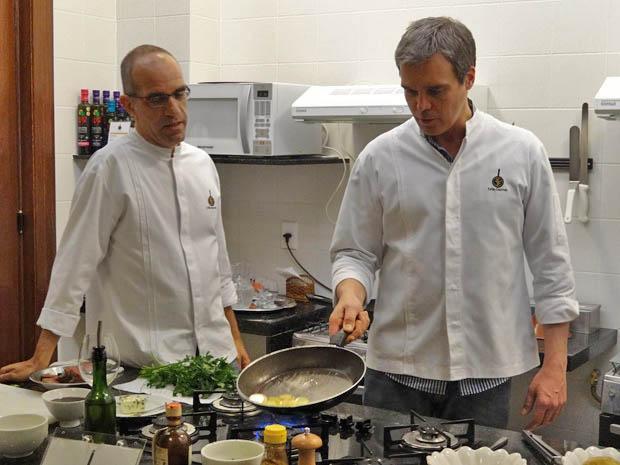 Dalton Vigh encarou o fogão para dar vida a René Velmont (Foto: Fina Estampa/TV Globo)