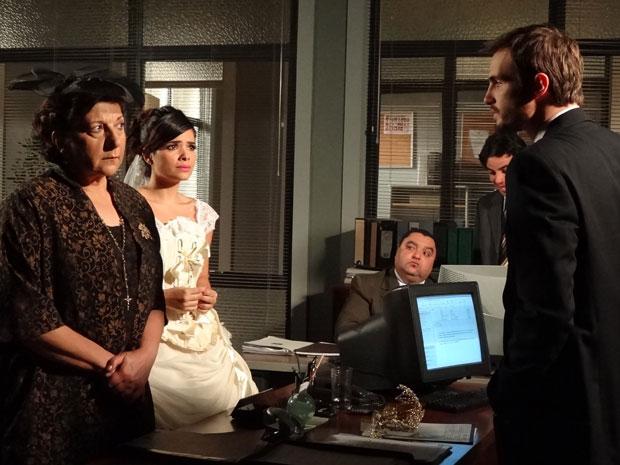Wilson avisa para Celeste e Salomé que elas continuam presas (Foto: Morde&Assopra/TVGlobo)
