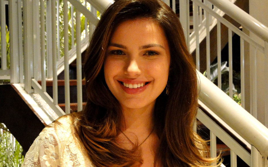 Cristal é romântica e sonhadora. Ela usa cabelos longos com fios dourados nas pontas