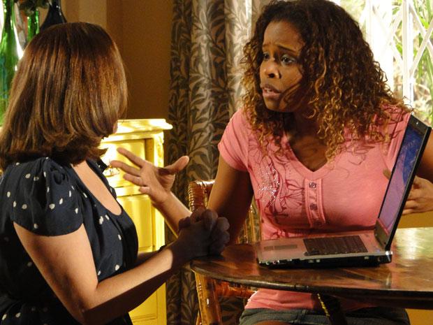 Daisy ajuda Fabíola e encontrar e-mail com a ficha criminal de Norma (Foto: Insensato Coração / Tv Globo)