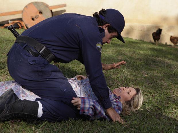 Naomi esbarra em Xavier ao tentar fugir e fica sem saída (Foto: Morde & Assopra/TV Globo)