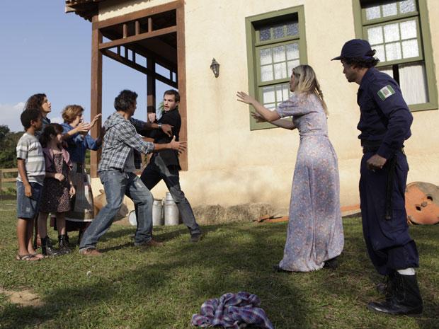 Naomi não aceita ajuda de Abner para fugir de Wilson (Foto: Morde & Assopra/TV Globo)