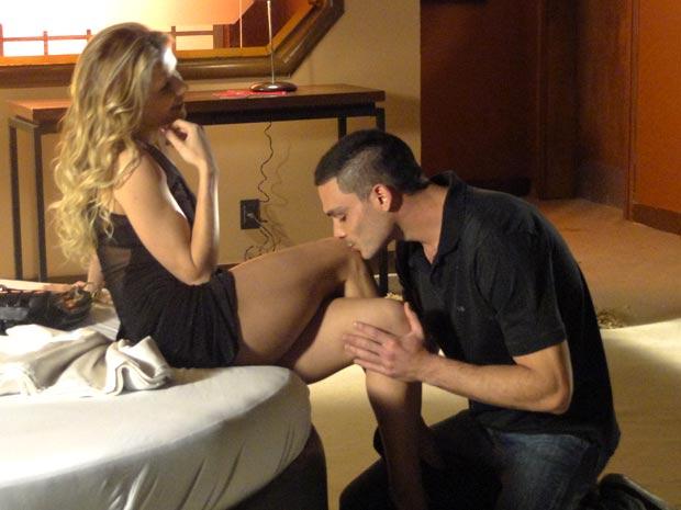 Natalie seduz Manolo com segundas intenções (Foto: Insensato Coração / TV Globo)
