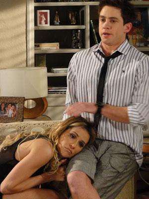 Roni fica com pena de Natalie e ajuda a modelo (Foto: Insensato Coração / Tv Globo)