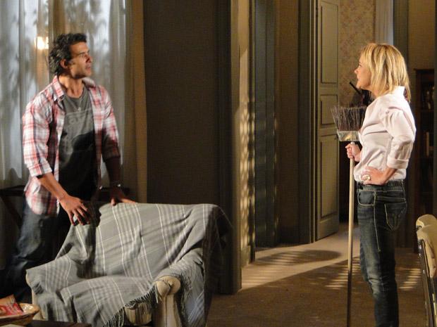 Júlia ameaça colocar Abner para fora a base de vassouradas (Foto: Morde&Assopra/TVGlobo)