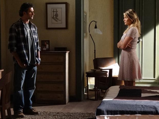 Naomi confessa que sente falta de Ícaro, mas desconfia que ele tenha alguma coisa com Júlia (Foto: Morde&Assopra/TVGlobo)