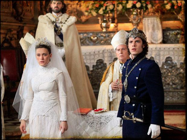 Açucena, Felipe e Rei Augusto ficam chocados ao vê-lo entrar na igreja (Foto: Cordel Encantado/Tv Globo)