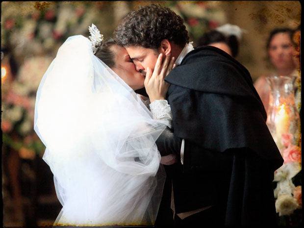 Açucena abandona o altar e corre para os braços de Jesuíno (Foto: Cordel Encantado/Tv Globo)