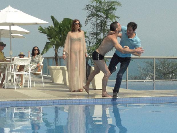 Douglas e Manolo caem na piscina durante uma briga (Foto: Insensato Coração / Tv Globo)