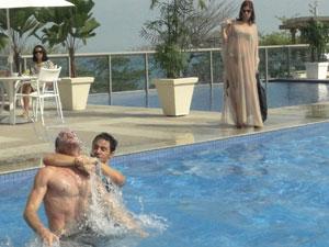 Bibi se diverte ao ver Douglas e Manolo brigando por ela (Foto: Insensato Coração / Tv Globo)