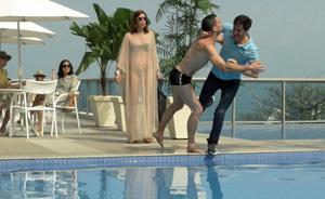 Douglas encontra Manolo e Bibi juntos e sai no braço com o amigo de Léo (Insensato Coração/ TV Globo)
