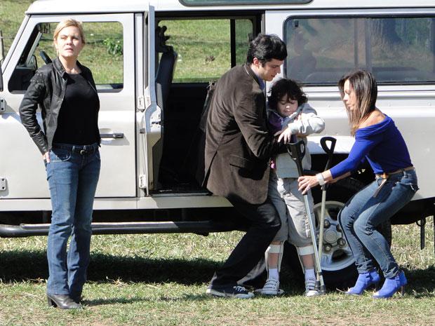 Júlia leva Rafael até a fazenda para mostrar as escavações ao menino (Foto: Morde & Assopra/TV Globo)