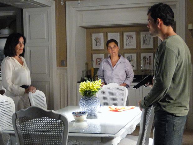 Ismael é demitido, mas antes deixa a arma com Norma (Foto: Insensato Coração / Tv Globo)