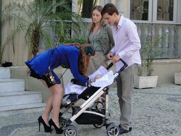 Tânia não gosta de ver Alice demonstrar carinho por Amadeu (Foto: Morde & Assopra/TV Globo)