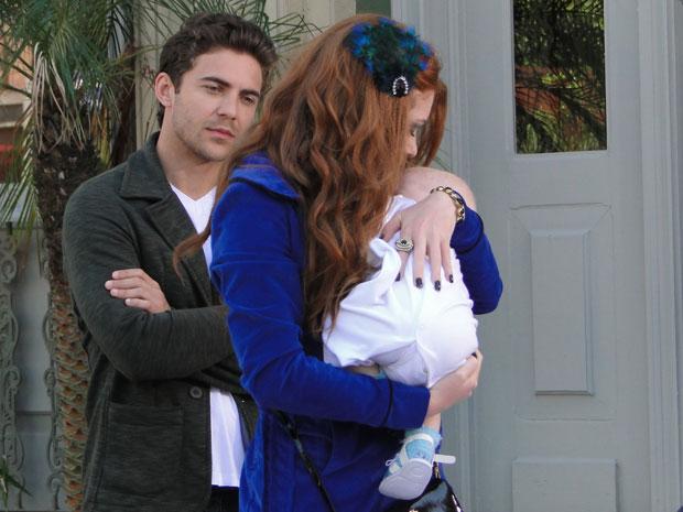 Alice beija a testa de Amadeu e garante gostar do bebê (Foto: Morde & Assopra/TV Globo)
