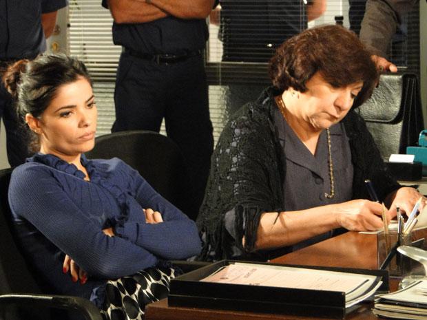 Celeste não esconde que está insatisfeita com o sumiço de Abner (Foto: Morde & Assopra/TV Globo)