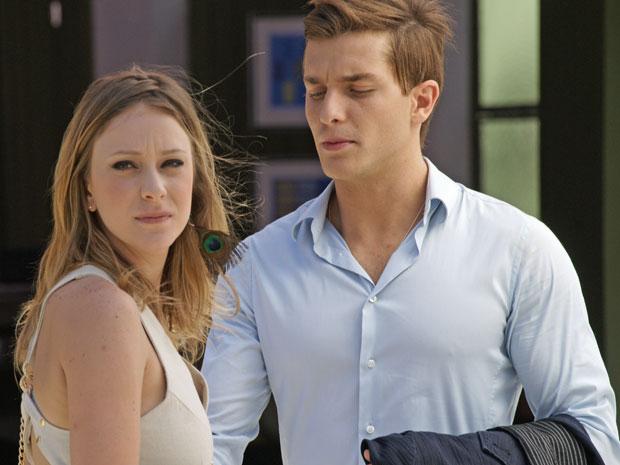 Tânia percebe que Guilherme está olhando para Alice e não gosta (Foto: Morde & Assopra/TV Globo)