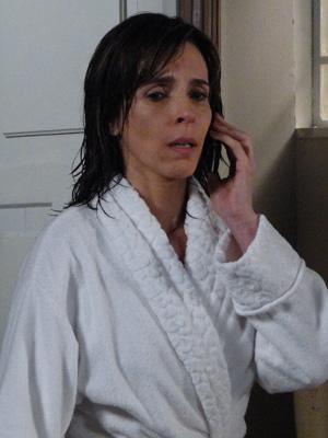 Eunice chora, arrasada (Foto: Insensato Coração / Tv Globo)